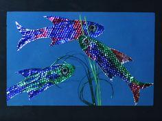Leuchtende Fische basteln aus Alufolie und Folienstiften, die Fischschuppen werden mithilfe eines Zwiebelnetzes erzeugt.
