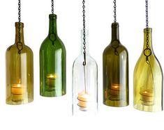 Drei Glas Wein Flasche hängende Hurricane Laternen grün Olive