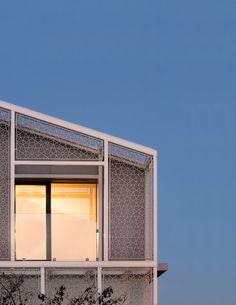 Il progetto consiste nella trasformazione di un edificio residenziale di inizio '900. La ristrutturazione propone il recupero del sottotetto esistente a fini abitativi e la realizzazione di una struttura metallica sul fronte sud del...