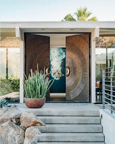 Carved wooden two-leaf entering door / concrete steps / landscape with cactus and rocks Main Entrance Door Design, Front Door Design, Entrance Gates, House Entrance, Modern Entrance Door, Design Entrée, Gate Design, House Design, House Main Door Design
