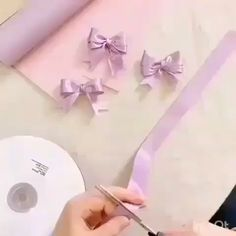 Com este Curso de Corte e Costura Você Triplicará sua Renda! With this Cutting and Sewing Course You Will Triple Your Income! Diy Hair Bows, Diy Bow, Diy Ribbon, Ribbon Crafts, Tulle Crafts, Ribbon Embroidery Tutorial, Ribbon Flower Tutorial, Hair Bow Tutorial, Diy Flowers
