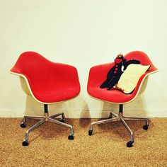 Vintage Alexander Girard Herman Miller Eames Office Chairs in Red Fabric  #vintage #hermanMiller #alexanderGirard #EamesChair #armchair #bucketchair #officeChair #accentChair #chair #swivel #furniture #midcentury #modern #mcm #madmen #homedecor #living #newwest #vancouver #sapperton #bananalab #빈티지 #북유럽 #미국 #감성 #가구 #허먼밀러 #임스체어 #의자 #홈데코