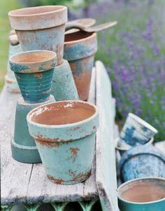 DIY: nieuwe terracotta bloempotjes een oude look geven door ze te schilderen en daarna te schuren.