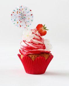 Mansikkajäätelö-kuppikakut // Strawberry Cupcake Food & Style Annika Elomaa Photo Joonas Vuorinen Kaneli & Sokeri 1/2016 www.maku.fi Kaneli, Strawberry, Ice Cream, Cupcakes, Sweets, Desserts, Recipes, Food, Kitchen