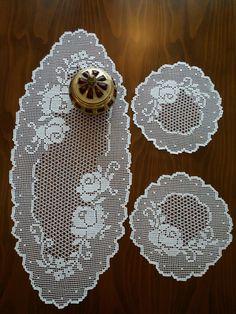 Crochet Table Runner Pattern, Free Crochet Doily Patterns, Filet Crochet Charts, Crochet Tablecloth, Crochet Designs, Crochet Doilies, Crochet Gifts, Diy Crochet, Crochet Round