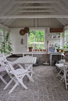 Julias Vita Drömmar: V Ä X T H U S Inspiration, köpställen och ett hav av bi. Outdoor Rooms, Outdoor Gardens, Outdoor Furniture Sets, Outdoor Decor, Outdoor Retreat, Greenhouse Shed, Greenhouse Gardening, Pallet Greenhouse, Indoor Greenhouse
