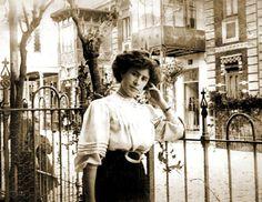 """El """"Madrid Moderno"""" que quedó en el olvido- En un barrio llamado """"La Guindalera"""" que forma parte de los ensanches del S.XIX de Madrid, sobreviven a duras penas un puñado de casas modernistas condenadas al olvido, y en la mayor parte de los casos, a la piqueta.  Las casas, situadas junto a la actual plaza de toros de Las Ventas y al eje de Alcalá, se localizan principalmente en las calles: Castelar, Roma y Cardenal Belluga."""