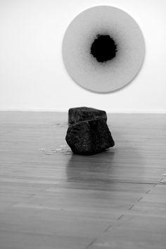 Le monde selon C...: avril 2013 Hanging Pictures, Travers, Negative Space, Art Object, Sculpture Art, Sculptures, Composition, Museums, Sculpture