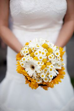 yellow sunflower bouquet    Photography by lizlovi.com, Hair