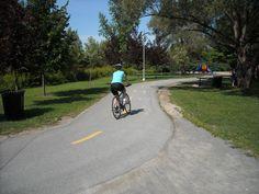 Découvrir la région à vélo est fort indiqué pour contempler les multiples paysages de la région des Moulins et pour accéder aux différents attraits.