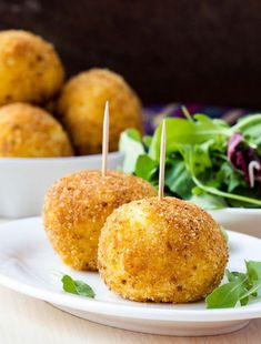 Les arancini (boulettes de risotto frites) sont une spécialité italienne qui peuvent se déguster à l'apéritif ou en entrée avec une salade verte.