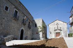 Piazzale d'ingresso al Palazzo Rinascimentale con la seicentesca chiesetta di S. Sebastiano #invasionidigitali