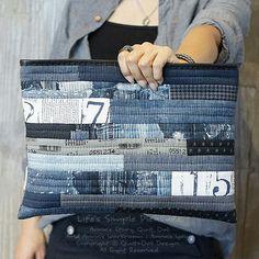데님 클러치 patchwork denim clutch 오래전 디자인이지만 여전히 사랑받는.. . . #퀼트앤돌디자인 #애나스튜디오 #가방디자인 #애나백 #애나삭 #애나돌 #작품판 - anna_studios Patchwork Bags, Quilted Bag, Denim Tote Bags, Denim Clutches, White Tote Bag, Recycle Jeans, Recycled Denim, Fabric Bags, Zipper Bags