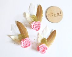 Rosa Ombre Rose pluma corona  conveniente para un pequeño de 6 meses en adelante a más niñas para toda ocasión - cumpleaños, fiesta, eventos especiales, bodas, las muchachas de flor, Foto brotes etc..  ********************************  Handcrafted de la corona de plumas de fieltro con flores de fieltro en rosa ombre y rifa de luxe y Tul. Doble elástico (enemigo) está cosido en el extremo de la base de fieltro.  Por favor elegir el tamaño en el menú desplegable menú en la columna de la…