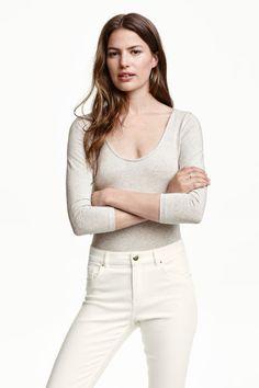 Body em lyocell: CONSCIOUS. Body em jersey de Tencel® lyocell. Tem mangas a 3/4, decote redondo e fundo à frente e atrás e botões de pressão ocultos no entrepernas.