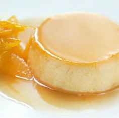 Esta receta de flan de naranja fácil se prepara en pocos minutos más la cocción al baño María y tiene mucho sabor a fruta.