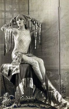 Lady Gaga avant la lettre portrait in sepia 12 20s Fashion, Art Deco Fashion, Fashion History, Vintage Fashion, Fashion Hacks, Petite Fashion, Fashion Tips, Vintage Glamour, Vintage Beauty