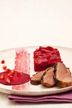 Granatapfellackierte Entenbrust mit Meerrettich-Couscous, zimtmarinierter Rote Bete und Granatapfelkernen