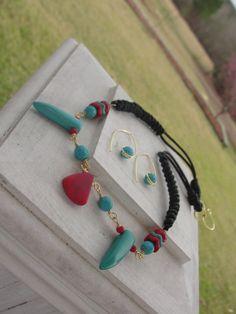 Set necklace and earrings handmade wire, coral beads and leather threads. $ 24.99 Juego de collar y zarcillos hechos a mano con alambres, cuentas de coral e hilos de cuero.