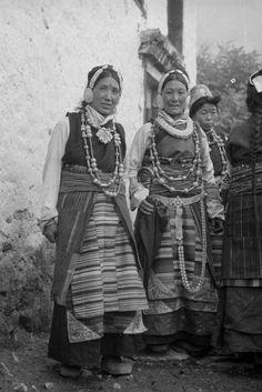 Nepal | Sherpa women in festive cloth. Khumjung, Solukhumbu district.  June 1957 |  ©SOAS, Nicholas Haimendorf