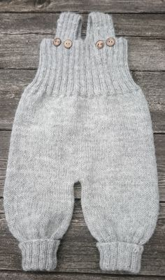 Baggy Baby Pattern by By Amstrup - baby pants . - Baggy Baby Pattern by By Amstrup – baby pants - Knit Baby Pants, Baby Pants Pattern, Baby Boy Knitting Patterns, Baby Sweater Knitting Pattern, Knitted Baby Clothes, Baby Vest, Baby Cardigan, Baby Patterns, Baby Baby
