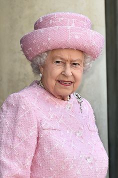 Queen Elizabeth II state visit to France June 5, 2014. That Williamson Diamond Brooch looking gorgeous.