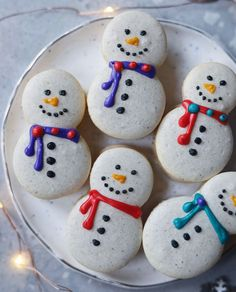 Christmas Cookies : Snowman Macarons with Eggnog Buttercream Filling Noel Christmas, Christmas Goodies, Christmas Desserts, Holiday Treats, Christmas Treats, Christmas Baking, Macarons Christmas, Christmas Medley, Macaroon Recipes