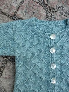 Baby/barn kofta med gammaldags ytmönster Easy Baby Knitting Patterns, Knitting For Kids, Knit Patterns, Hand Knitting, Knitting Ideas, Baby Barn, How To Purl Knit, Baby Cardigan, Baby Sweaters