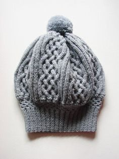 Vous sentez que le froid arrive ? Pas de panique, ce bonnet tricoté saura vous réchauffer tout en vous apportant élégance, style et confort !