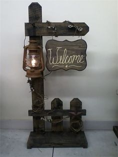 Holz Welcome Fence with Lantern. Ive seen these fence designs before but never with Farmhouse Lighting Designs Farmhouse Lighting lantern Fence Holz Ive Lantern Rustic Decor, Farmhouse Decor, Rustic Wood Crafts, Wood Projects, Woodworking Projects, Woodworking Plans, Battery Operated Lanterns, Pallet Crafts, Fence Design