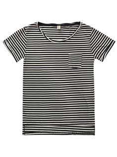 Blusa feminina tipo t-shirt listrada com bolso na cor preto em tamanho G. As t-shirts são peças essenciais na moda feminina. Casuais e modernas, as t-shirts listradas são tendência da estação! Perfeitas para combinar com calças, shorts e saias, elas são despojadas mas cheias de estilo! Confeccionadas em malha de algodão, essa peça é leve e possui fio tinto em sua composição. Com mangas curtas, decote arredondado e pequeno bolso na altura do peito, esse é o modelo perfeito para dias amenos…
