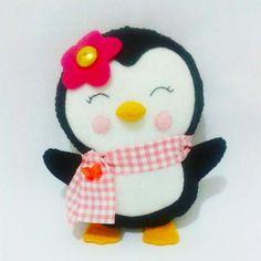 Pinguim Uma Pinguim super charmosa para decorar e encantar. Ela é confeccionada em feltro, com enchimento siliconado, cachecol em tecido, e aplique de flor de feltro e botão. Pode ser feita em outras cores e tamanhos. Consulte-nos. O tempo de produção pode variar de acordo com a demanda da loja.