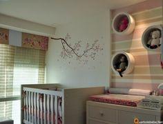 Quarto de bebê menina cor rosa com nichos e bixinhos