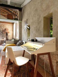 Quem disse que precisa de um #escritório em casa para trabalhar? Crie um cantinho numa sala ou quarto com uma pequena mesa e boa #iluminação. Num mesmo #ambiente consegue conciliar conforto, bem-estar e funcionalidade.  Saiba como com a Baobart em geral@baobart.pt #baobart #design #decort #Portugal #atelier #decoração #interiordesign #beautiful #desk #homeoffice #decoration #photography #2016 #work #decortips