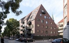 Completed in 2016 in Frederiksberg, Denmark. Images by Enok Holsegaard. Thurøhus is a new apartment building located on Thurøvej - a unique location in the dense city fabric of Frederiksberg, Copenhagen. Thurøhus is a. Modern Architecture Design, Brick Architecture, Architecture Student, Roof Shapes, Brick Texture, Brick Facade, Social Housing, Unique Buildings, Brick Building