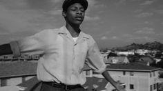 Michael Kiwanuka meldet sich mit der Single-Auskopplung Black Man In A White World nach vierjähriger Pause zurück. Sie erscheint auf seinem zweiten Studio-Album Love & Hate. Das Video zum Track überzeugt mit eindrucksvollen Schwarz-Weiß-Bildern. Im Fokus ist ein afro-amerikanischer Junge, der auf einer befahrenen Kreuzung tanzt bis zwei Autos ineinander krachen. Trotz dessen schwebt unsere Hauptfigur über den Dingen und steigt weiterhin tanzend in den Himmel empor. Ansehen lohnt sich.