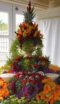 une pièce montée de fruits