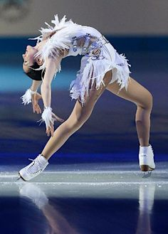 Shizuka is the only person I've seen who is able to accomplish this position.. fantastic stretch, flexibility, balance.