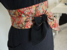 Obi, Japanese belt made of dominant Japanese red liberty fabric and . Coin Couture, Couture Sewing, Reuse Clothes, Sewing Clothes, Mode Kimono, Tie Styles, Urban Street Style, Liberty Fabric, Couture Details