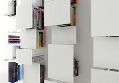 È di Living Divani la libreria modulare Bukva, dal segno grafico e con la struttura in acciaio e frontali verniciati. Porta la firma del giovane architetto bulgaroVictor Vasilev