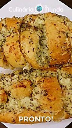 Sabe aquele pão de alho super crocante, com queijo derretendo e a cada mordida sente uma cremosidade indescritível? 😍 Dá para fazer com aquele pão amanhecido de ontem! Baked Potato, Potatoes, Baking, Ethnic Recipes, Food, Melted Cheese, Garlic Bread, Cloves Of Garlic, Potato