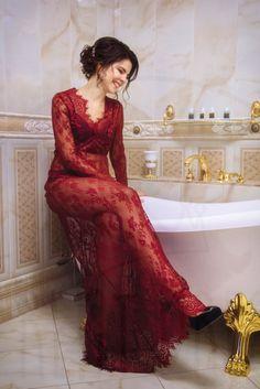 Девушка в красном шелковом пеньюаре