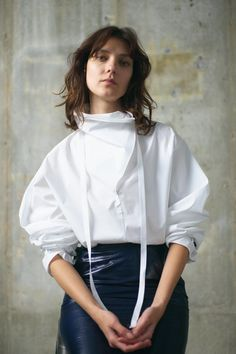 Theory Resort 2019 Fashion Show Collection: See the complete Theory Resort 2019 collection. Look 14 Fashion Details, Fashion Design, Fashion Show Collection, Contemporary Fashion, Silhouettes, Blouses For Women, Shirt Style, White Shirts, Ready To Wear