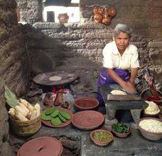 Hermosa fotografía de mujer  haciendo  tortillas.