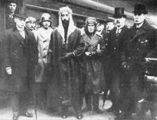 الامير فيصل بن الحسين ولورانس العرب في مؤتمر باريس للسلام عام 1919