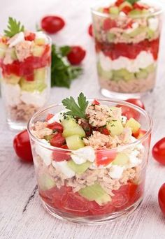 Verrine toute fraîche : concombre-feta-tomate et thon Frische Verrine: Gurken-Feta-Tomaten und Thunfisch Fingers Food, Paleo Recipes, Cooking Recipes, Tuna Recipes, Food Porn, Good Food, Yummy Food, Cooking Time, Food Inspiration