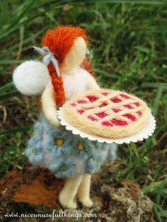 Forget me not fairy making crostata cake, needle felting. La fatina dei non ti scordar di me con la crostata, feltro ad ago.