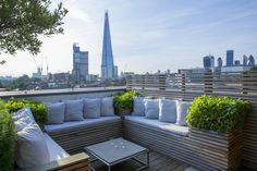 terrace garden Roof garden in Bermondsey Built-in timber benches with cushions on London roof terrace, view towards The Shard Roof Terrace Design, Rooftop Design, Rooftop Terrace, Terrace Garden, Built In Seating, Built In Bench, Shade House, Small Courtyards, Roof Architecture