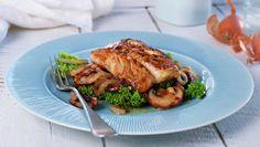 Stekt sei med sopp og løk Frisk, Salmon Burgers, Pork, Turkey, Beef, Baking, Ethnic Recipes, Kale Stir Fry, Meat
