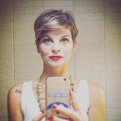 Alessandra Amoroso come Conchita Wurst. La star lanciata da Amici di Maria De Filippi ha postato una curiosa foto su Instagram in cui ha il viso coperto dalla barba folta. Ovviamente è finta ed è, a quanto pare, un omaggio alla vi...